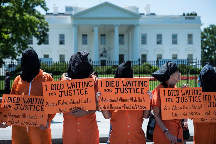 Activists stand on Pennsylvania Avenue during a protest outside of the White House in Washington (AFP Photo / Brendan Smialowski)