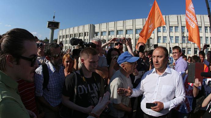 Igor Blokhin, leader of the People's Check movement, is seen at a people's rally outside Yaroslavl City Hall in support of the arrested Mayor Yevgeny Urlashov.(RIA Novosti / Yaroslav Neyelov)