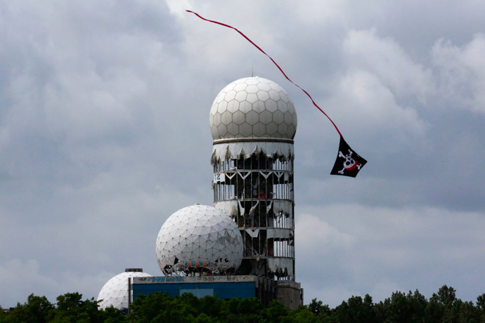 A kite flies near antennas of Former National Security Agency (NSA) listening station at the Teufelsberg hill (German for Devil's Mountain) in Berlin, June 30, 2013 (Reuters / Pawel Kopczynski)