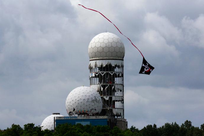 A kite flies near antennas of Former National Security Agency (NSA) listening station at the Teufelsberg hill (German for Devil's Mountain) in Berlin, June 30, 2013 (Reuters / Pawel Kopczynski)
