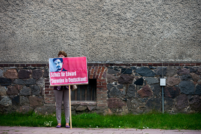 A supporter of German left-wing party Die Linke holds a placard in support of former US spy agency, NSA, contractor Edward Snowden in the village of Loewenberg, some 60 km (37 miles) north of Berlin, July 4, 2013 (Reuters / Thomas Peter)
