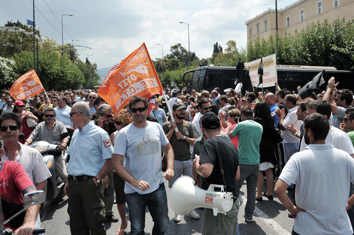 Municipal workers march in front of the Greek Parliament in Athens on July 5, 2013 after Greek officials have apparently proposed that 4.000 municipal police officers be transferred to the Greek Police force (AFP Photo/Louisa Gouliamaki)