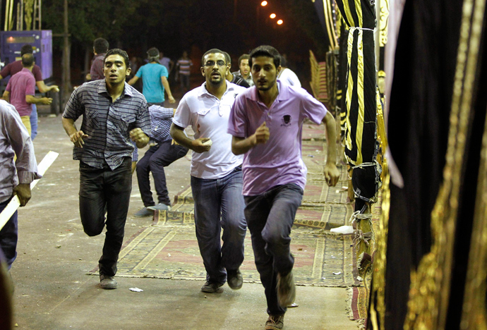 Members of the Muslim Brotherhood and supporters of ousted Egyptian President Mohamed Mursi run during a clash with anti-Mursi protesters in Alexandria July 7, 2013 (Reuters / Louafi Larbi)