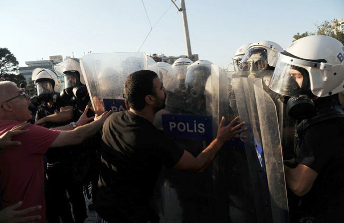 Protesters clash with police officers on Istiklal Avenue in Istanbul on July 8, 2013. (AFP Photo / Bulent Kilic)
