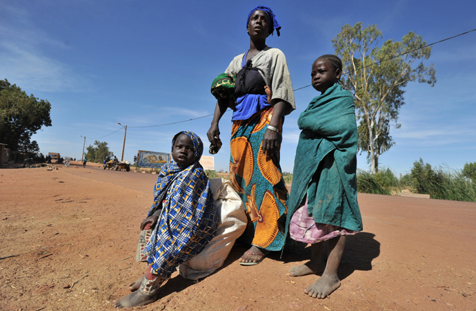 Internally displaced Aminata Foumba and her children stand Niono after walking for six days from Diabaly, Mali (AFP Photo / Issouf Sanogo)