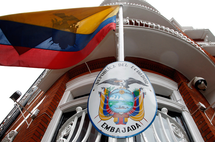 The national flag flies outside Ecuador's embassy in central London (Reuters / Chris Helgren)