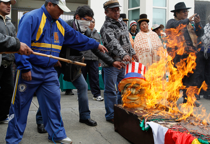 Supporters of Bolivia's President Evo Morales burn a head mask of U.S. President Barack Obama which is on top of a fake coffin bearing Obama's name (Reuters / David Mercado)