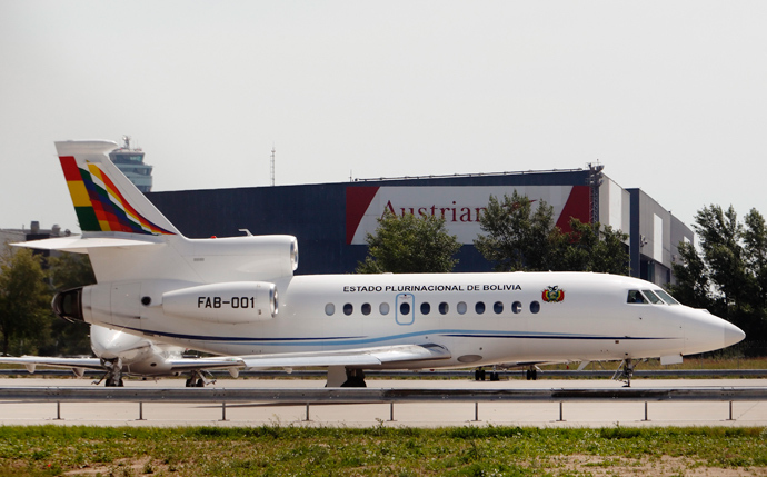 Bolivian presidential plane taxis to the runway before leaving the Vienna International Airport in Schwechat July 3, 2013 (Reuters / Heinz-Peter Bader)