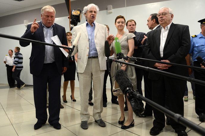 (L-R) Lawyers Genry Reznik and Anatoly Kucherena, the head of the Soprotivlenie human-rights movement, Olga Kostina, Russia's Human Rights Ombudsman, Vladimir Lukin, speak with journalists inside the terminal F of Moscow's Sheremetyevo airport, on July 12, 2013 (AFP Photo / Kirill Kudryavtsev)
