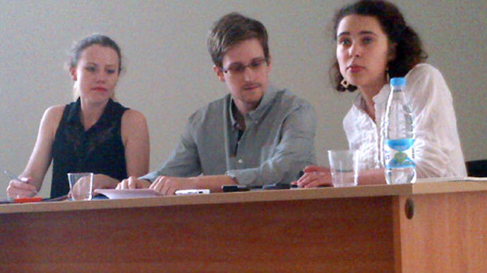 Picture released by Human Rights Watch shows US National Security Agency (NSA) fugitive leaker Edward Snowden (C) during a meeting with rights activists, with among them Sarah Harrison of WikiLeaks (L), at Moscow's Sheremetyevo airport, on July 12, 2013.(AFP Photo / Human Rights Watch)