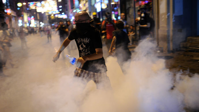 Protestors clash with Turkish riot policemen on July 13, 2013 on Istiklal Avenue in the center of Istanbul.(AFP Photo / Bulent Kilic)