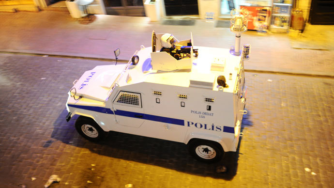 A Turkish police vehicle patrols on July 14, 2013 on Istiklal Avenue in the center of Istanbul.(AFP Photo / Bulent Kilic)
