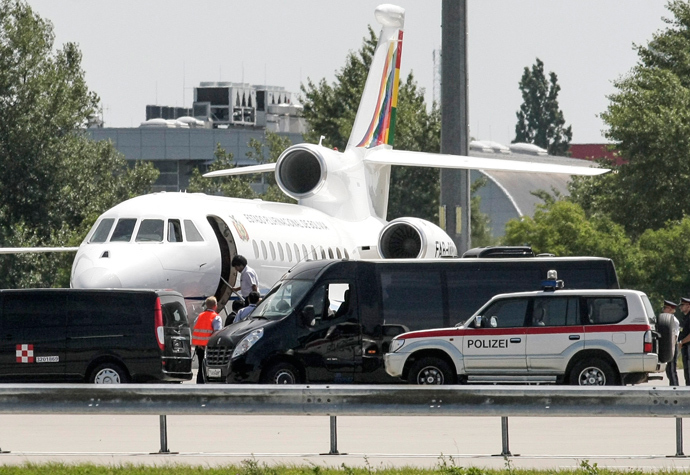 Bolivian President Evo Morales boards his plane prior leaving the Vienna International Airport on July 3, 2013 (AFP Photo / Patrick Domingo)