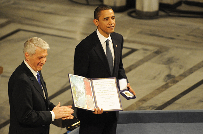 Chairman of the Norwegian Nobel Committee Thorbjoern Jagland (L) applauses as laureate, US President Barack Obama hands the diploma and medal to Nobel Peace Prize, during the Nobel Peace prize award ceremony at the City Hall in Oslo on December 10, 2009 (AFP Photo)