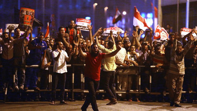 Egyptian supporters of the Muslim Brotherhood and Egypt's ousted President Mohamed Morsi block on July 16, 2013 the Six October bridge in the center of Cairo. (AFP photo / Marwan Naamani)