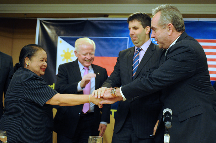 (L-R) Philippine Foreign Affairs Undersecretary Erlinda Basilio, Philippine Ambassador to the US Jose Cuisia, US Assistant Secretary of Defense Mark Lippert and US Assistant Secretary of State for East Asian and Pacific Affairs Kurt Campbell (AFP Photo / Jay Directo)
