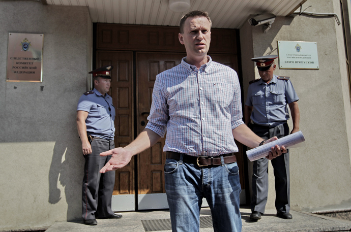 Blogger Aleksey Navalny, foreground, arrives to the Investigative Committee of the Russian Federation for questioning in the Kirovles case. Navalny faces charges of causing material damage without signs of embezzlement (RIA Novosti / Andrey Stenin)