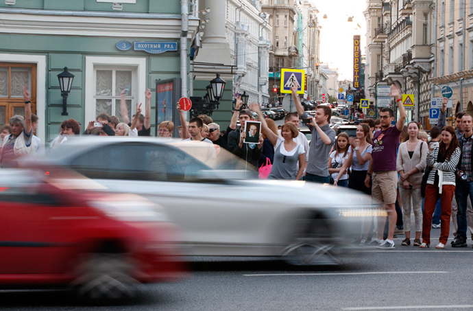 People line up along a traffic way as they protest against the verdict of a court in Kirov, which sentenced Aleksey Navalny to five years in jail, in central Moscow, July 18, 2013 (Reuters / Grigory Dukor)