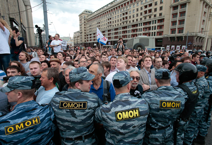 Riot police block people who gathered to protest against the verdict of a court in Kirov, in central Moscow, July 18, 2013 (Reuters / Tatyana Makeyeva)