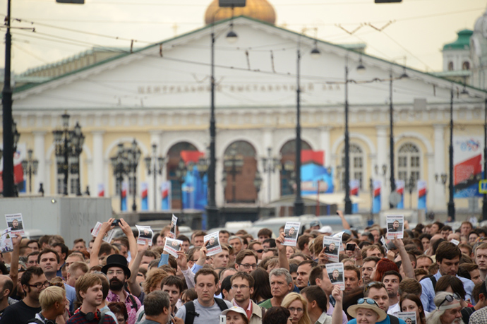 People crowd in central Moscow on July 18, 2013, protesting after anti-corruption blogger Aleksey Navalny was sentenced to five years behind bars (AFP Photo / Kirill Kudryavtsev)