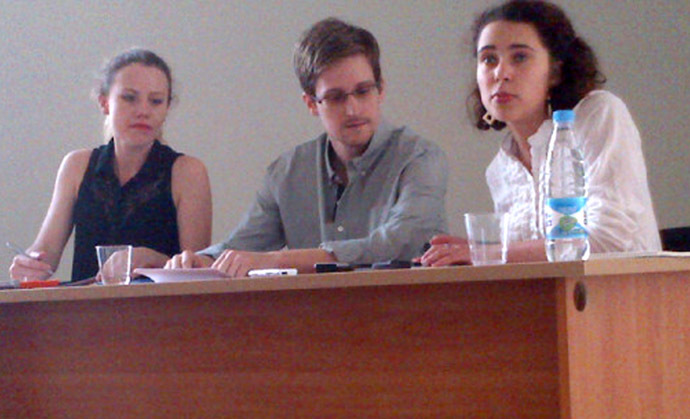 Picture released by Human Rights Watch shows US National Security Agency (NSA) fugitive leaker Edward Snowden (C) during a meeting with rights activists, with among them Sarah Harrison of WikiLeaks (L), at Moscow's Sheremetyevo airport, on July 12, 2013. (AFP Photo)