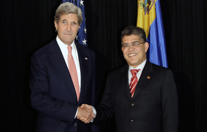 US Secretary of State John Kerry (L) shakes hands with Venezuelan Foreign Minister Elias Jaua before a private meeting in Antigua Guatemala, 50 km southwest of Guatemala City on June 5, 2013. (AFP Photo / Johan Ordonez)