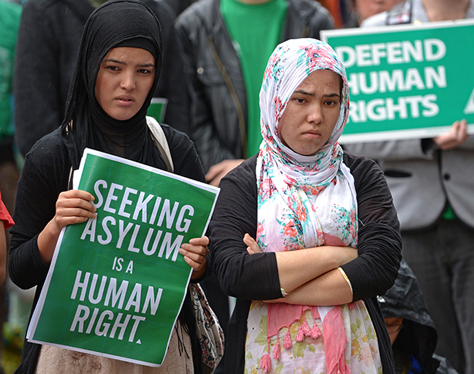 Demonstrators listen to speeches prior to a march through central Sydney on July 20, 2013 following the launch on July 19 of a hardline Australian government immigration crackdown. (AFP Photo / Greg Wood)