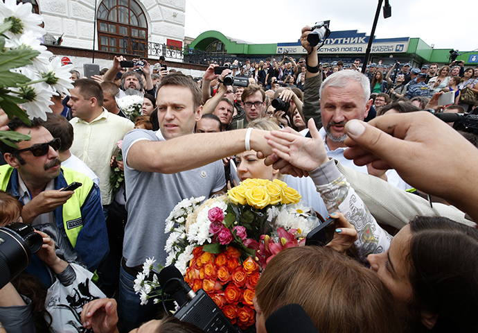 Russian protest leader Alexei Navalny greets his supporters after arriving from Kirov at a railway station in Moscow, July 20, 2013. (Reuters / Grigory Dukor)