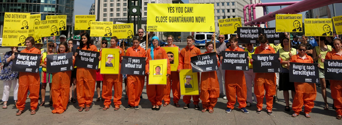 Activists of Amnesty International stage a protest in Berlin's Potsdamer Platz against U.S. military prison at Guantanamo Bay during U.S. President Barack Obama's visit to Berlin, June 19, 2013 (Reuters / Christian Ruettger)