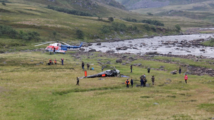 The scene of the Eurocopter-120 helicopter crash near the Rynda River in Lovozero District of Murmansk Region. (RIA Novosti / Press-service of Russian Emergen)
