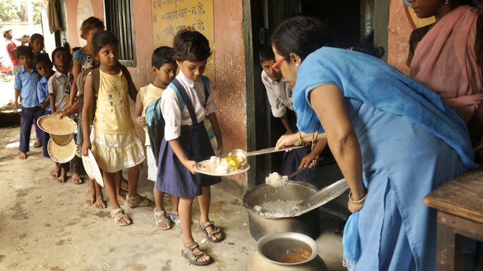 Indian schoolchildren receive a free meal at a school in the state of Bihar, in Patna. (AFP Photo / STR)