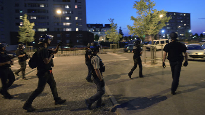 French policemen from the anti-crime unit (BAC) patrol in the streets on July 20, 2013 in Trappes, a suburb of Paris.(AFP Photo / Miguel Medina)