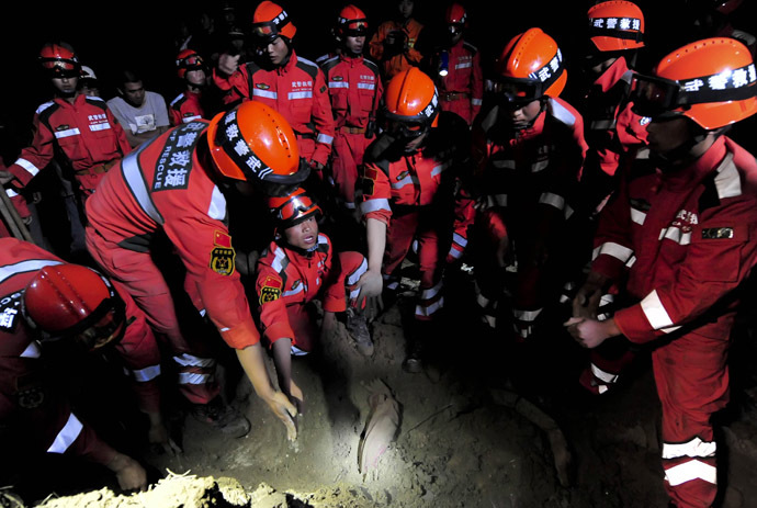 Rescuers search for a buried villager amongst the earthquake ruins in Meichuan township in Dingxi, in northwest China's Gansu province, early on July 23, 2013. (AFP Photo)