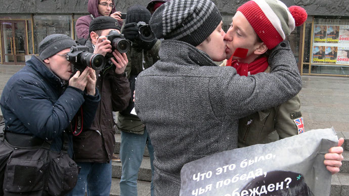 Participants in gay activists' rally protesting against the law prohibiting gay agenda at the Oktyabrsky concert hall in St Petersburg.(RIA Novosti / Alexei Danichev)