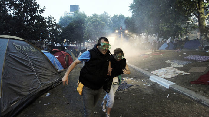 Protestors run as Turkish piloce arrive at Gezi Park in Istanbul.(AFP Photo / Gurcan Ozturk)