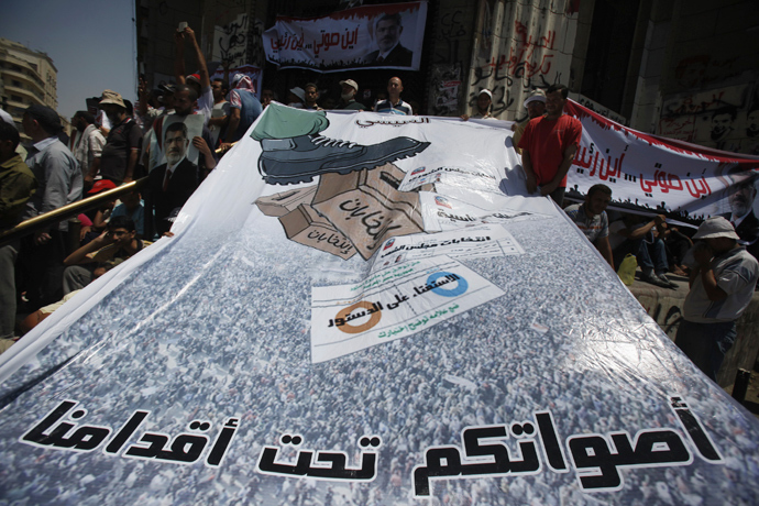 Members of the Muslim Brotherhood and supporters of ousted Egyptian President Mohamed Mursi shout slogans in front of the courthouse and the Attorney General's office during a demonstration in Cairo July 22, 2013 (Reuters / Amr Abdallah Dalsh)
