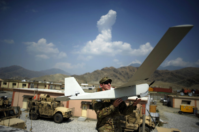 Liutenant David Mc Curdy of the Baker Comapny 2-12 infantry of the US Army prepares to launch a Puma Dorin airplane at the Forward Operating Base Joyce in the Kunar province (AFP Photo/Jose Cabezas)
