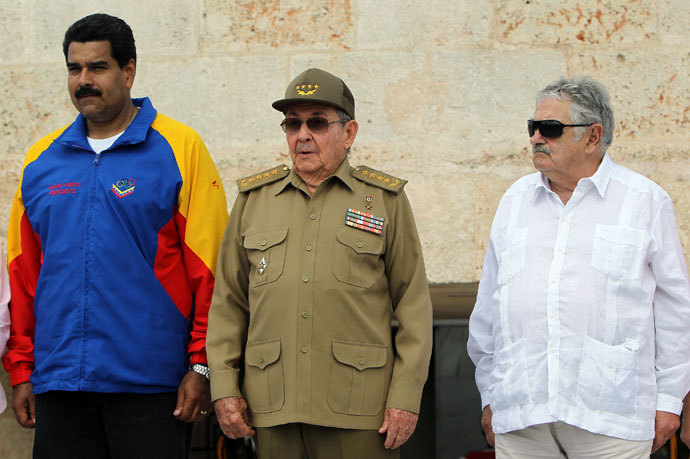 Cuban President Raul Castro (C), and his counterparts from Venezuela Nicolas Maduro (L) and Uruguay Jose Mujica, attend a ceremony at Jose Marti grave in Santa Efigenia cemetery in Santiago de Cuba, on July 26, 2013.(AFP Photo / Alejandro Ernesto)