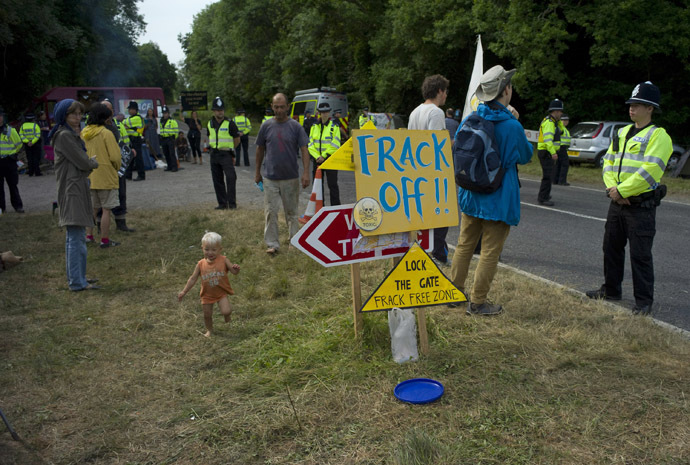 Demonstrators stand by the road side as they wait to prevent lorries containing drilling equipment from entering a drilling site outside the village of Balcombe in southern England July 27, 2013. (Reuters/Kieran Doherty)