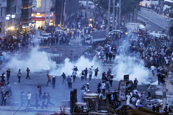 TURKEY: Riot police use tear gas to disperse protesters at the Gezi park near Taksim square in Istanbul, on June 15, 2013. (AFP Photo/Ozan Kose)