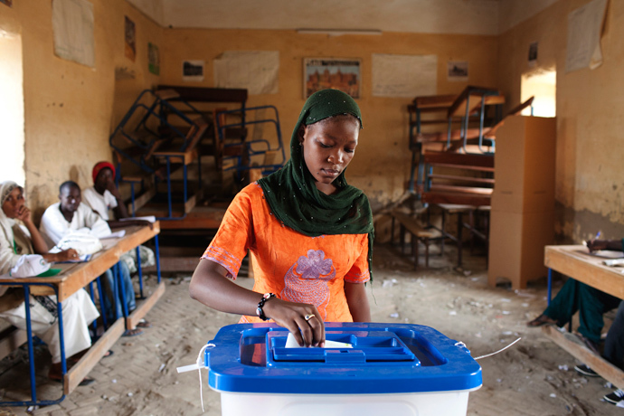 A woman casts her vote during Mali's presidential election in Timbuktu, Mali, July 28, 2013 (Reuters / Joe Penney)