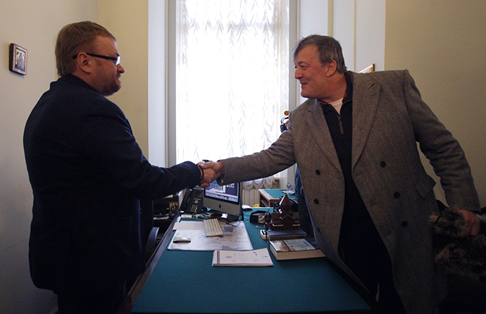 From left: St Petersburg legislator Vitaly Milonov and actor and writer Stephen Fry meet at Mayakovsky Library, St Petersburg. (RIA Novosti / Igor Russak)