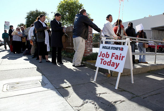 Job seekers wait in line to fill out applications for employment during a job fair for San Francisco (AFP Photo / Justin Sullivan)