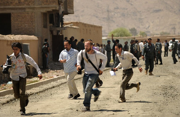 Journalists run at the site of a gunfight between gunmen and Afghan police in Kabul (AFP Photo / Massoud Hossaini)