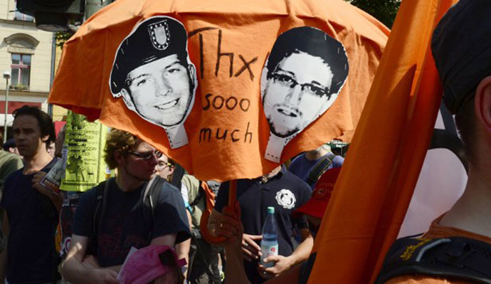 Demonstrators hold up pictures of former US agent of the National Security Agency, Edward Snowden and U.S. Army Private First Class Bradley Manning as they take part in a protest (AFP Photo / John Macdougall)