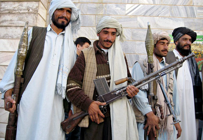 Taliban militant fighters stand with their weapons (AFP Photo / Reza Shirmohammadi)