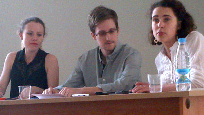 US National Security Agency (NSA) fugitive leaker Edward Snowden (C) during a meeting with rights activists, with among them Sarah Harrison of WikiLeaks (L), at Moscow's Sheremetyevo airport, on July 12, 2013.(AFP Photo / Tanya Lokshina)