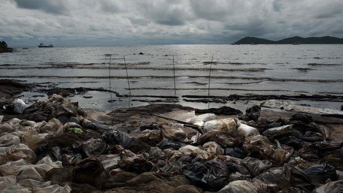 A major oil slick is seen on Ao Phrao beach on the island of Ko Samet on July 30, 2013.(AFP Photo / Nicolas Asfouri)