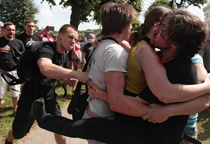 Clashes between members and opponents of an LGBT community support rally on the Champ de Mars in St. Petersburg (RIA Novosti / Anatoly Medved)