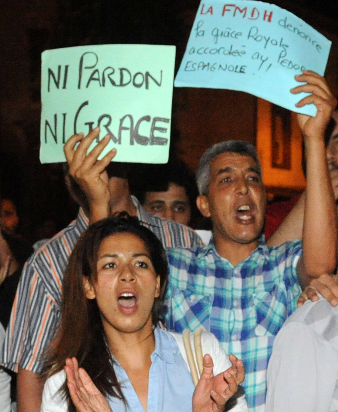 Protesters show their anger during a demonstration on August 2, 2013 in Rabat-Morocco to protest the release of a Spanish paedophile, Daniel Fino Galvan who raped 11 local children was pardoned by the Moroccan King Mohammed VI. (AFP Photo/Fadel Senna)